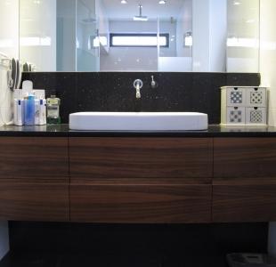 ארון אמבטיה אגוז אמריקאי