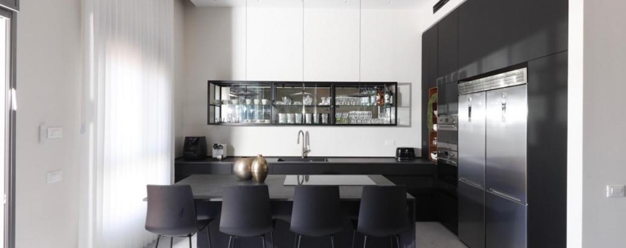 מטבח נאנו שחור בשילוב ארון ויטרינה ייחודי מפרזול