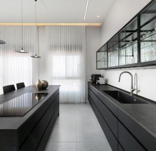מטבח מודרני נאנו שחור בשילוב זכוכית