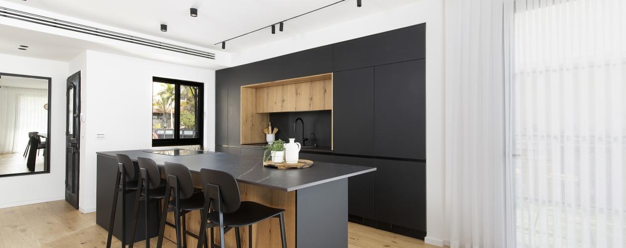מטבח נאנו שחור בשילוב פורניר אלון מבוקע