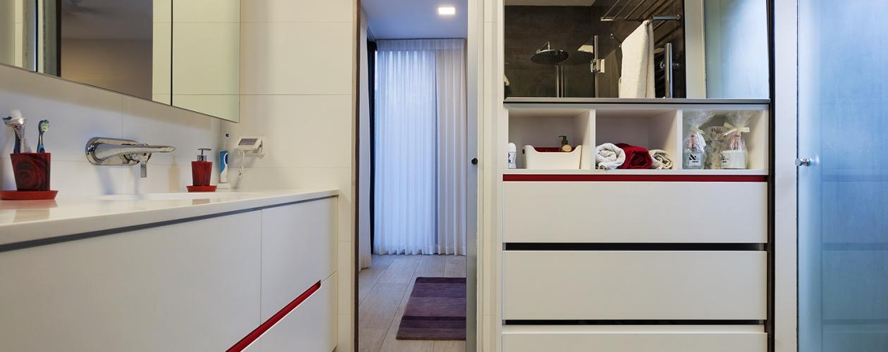 ארון אמבטיה – כיור משולב שלייפ לק לבן ידית חרוטה