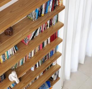 ספריית מדפים מעץ