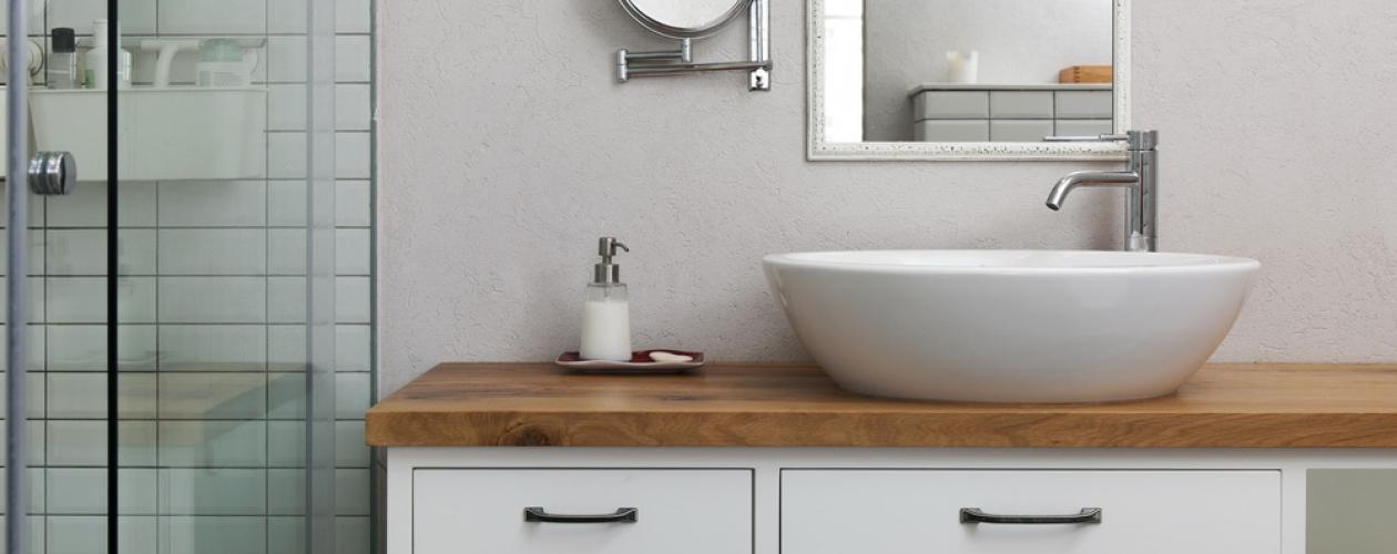 ארון אמבטיה לבן בשילוב עץ אלון